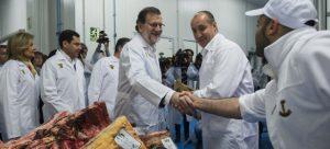 Mariano Rajoy saludando a los trabajadores de Román y Martos